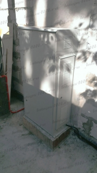 Металлический шкаф с трехфазным стабилизатором напряжения