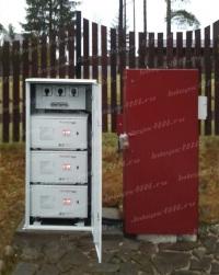 Трехфазный стабилизатор напряжения в металлическом шкафу